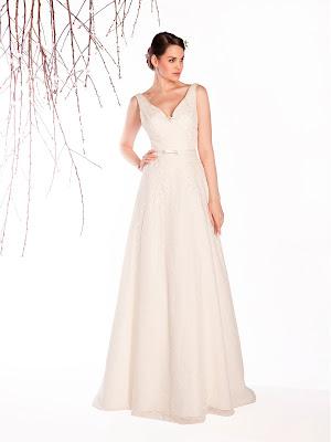 Robe de mariée bohème chic Ebony col V en dentelle avec fine ceinture en satin