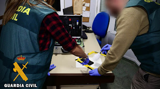 Los agentes de la Guardia Civil durante el proceso de investigación.