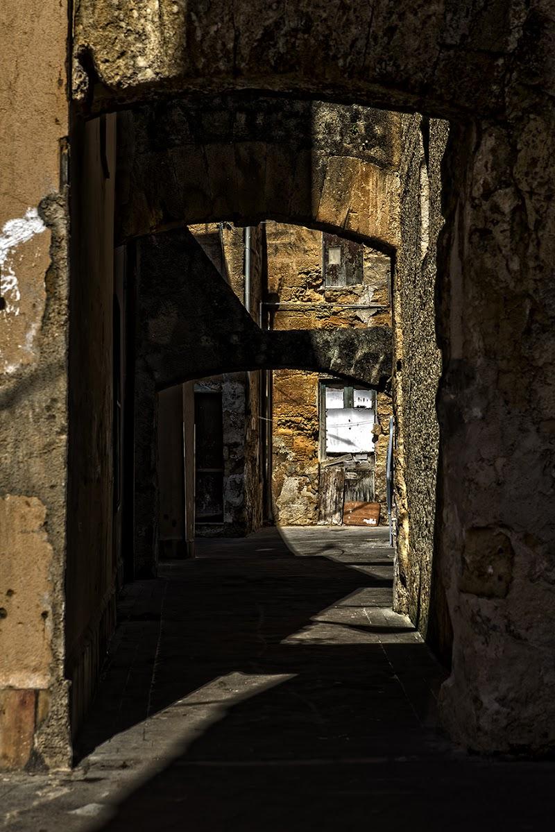 Contrasto di luce e ombre fra i vicoli di Mazara del Vallo di FrancescoPaolo