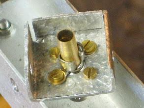 Photo: La photo au dessus n'étant pas très nette , sur celle ci on voit mieux les cosses préformées à la pince ,le tube laiton scié sur sa longueur ce qui permet de le mettre sur la gaine du coax et après soudure de l'ame sur la pinoche de la BNC , de le faire descendre(comme la photo) sur la gaine du coax , le serré avec une pince et un fil de fer à grillage vrillé dessus et déposé après les soudures à l'étain