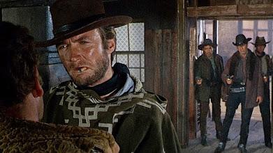 """Photo: O exemplo do uso de trincas feito por Sergio Leone. Três bandidos prestes a confrontar Manco (Clint Eastwood) em """"Por Uns Dólares a Mais""""."""