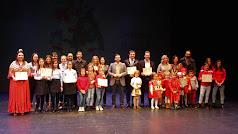 El concejal de Cultura, Carlos Sánchez, junto a los premiados en el Concurso de Villancicos.