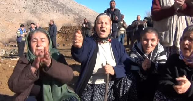 Protestierende Dorfbevölkerung.