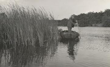 Photo: Tonnis Knoop in zijn boot in het visplas
