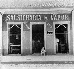 Photo: Salsicharia a Vapor Oliveira & Gomes. Foto do início do século XX
