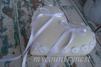 Photo: cuscino porta fedi in lino avorio con passamaneria margherite e nastro di raso, iniziali ricamate a stitchery, dettaglio