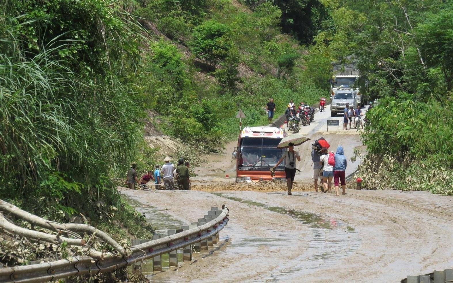 Thiên tai, lũ lụt gây ra nhiều hậu quả nặng nề (Trong ảnh: Quốc lộ 7 bị ngập do ảnh hưởng của cơn bão số 4 năm 2018)