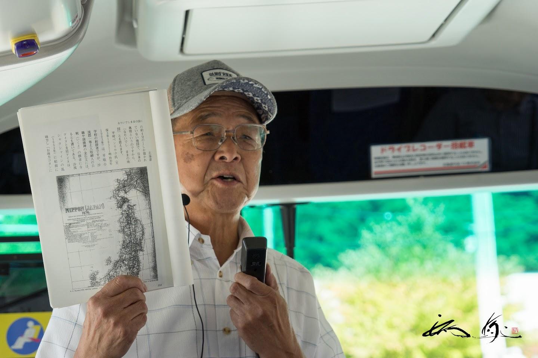 移動中のバスの中での寺島さんの説明