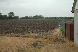 Photo: Her har vi selv lige sat nogle rør i jorden, hvor den kommende kennelbygning skal placeres.