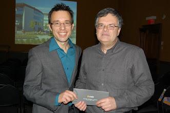 Photo: Vincent Thomas, vice-président de la section Champlain remet un prix spécial pour les membres de l'ACSG. Rock Santerre se mérite un forfait train pour le Massif de Charlevoix.