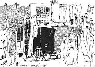 Photo: 備勤休息室2010.09.19鋼筆 監獄對基層同仁的照顧由這裡可以一覽無遺… 狹窄的空間裡擠了超過二十個床位,一台頓位不夠的冷氣,以至夏天很難入睡,通風不佳,到處是灰塵,休息時間因為各自不同,為了擋光線顧睡眠品質,只好各自使出混身解術,有貼黑色垃圾袋的,也有貼紙箱厚紙板的,要不就是掛滿一排衣服…味道…當然就不用講了…