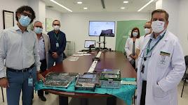 Sanitarios del centro junto a un muestrario de recambios de implantes.