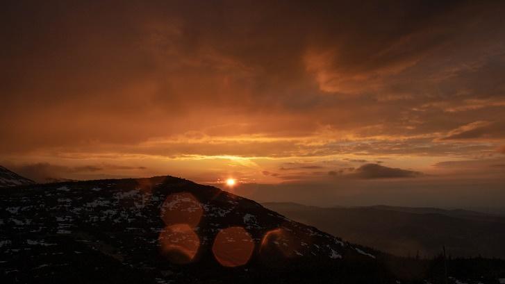Obsah obrázku exteriér, obloha, západ slunce, příroda  Popis byl vytvořen automaticky