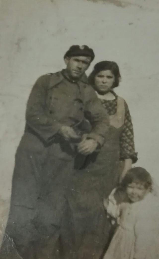 Pascual y Francisca, con una de sus hijas mayores, también llamada Francisca.