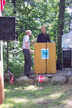 Photo: Jørgen Bak hjælper formanden på plads på talerstolen