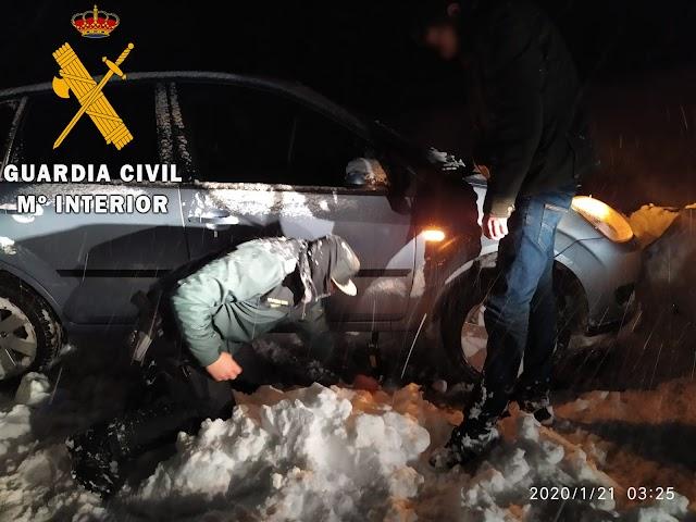 Los agentes usaron palas para mover el coche accidentado.