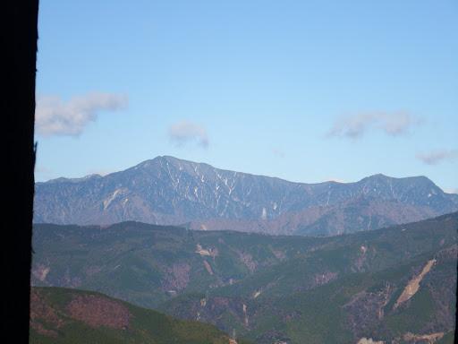 右から小・中・大無間山(手前は大日峠)