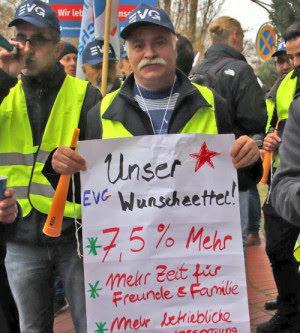 Streikende Eisenbahner, Plakat: «Unser Wunschzettel 7,5% mehr. Mehr Zeit für Freunde & Familie...».