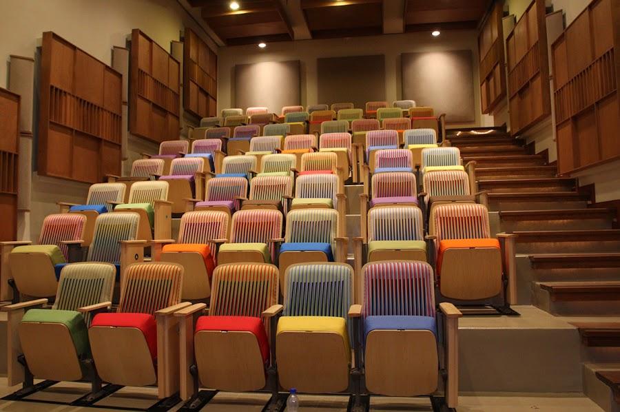 El Centro Nacional de Acción Social por la Música posee dos salas anfiteátricas para 90 personas cada una.