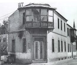 Photo: Cumbalı ev, Bu evin yerinde şimdilerde Zübeyde hanımın mezarının bulunduğu Osmanpaşa Cami'inin köşesindeki Kafe var...