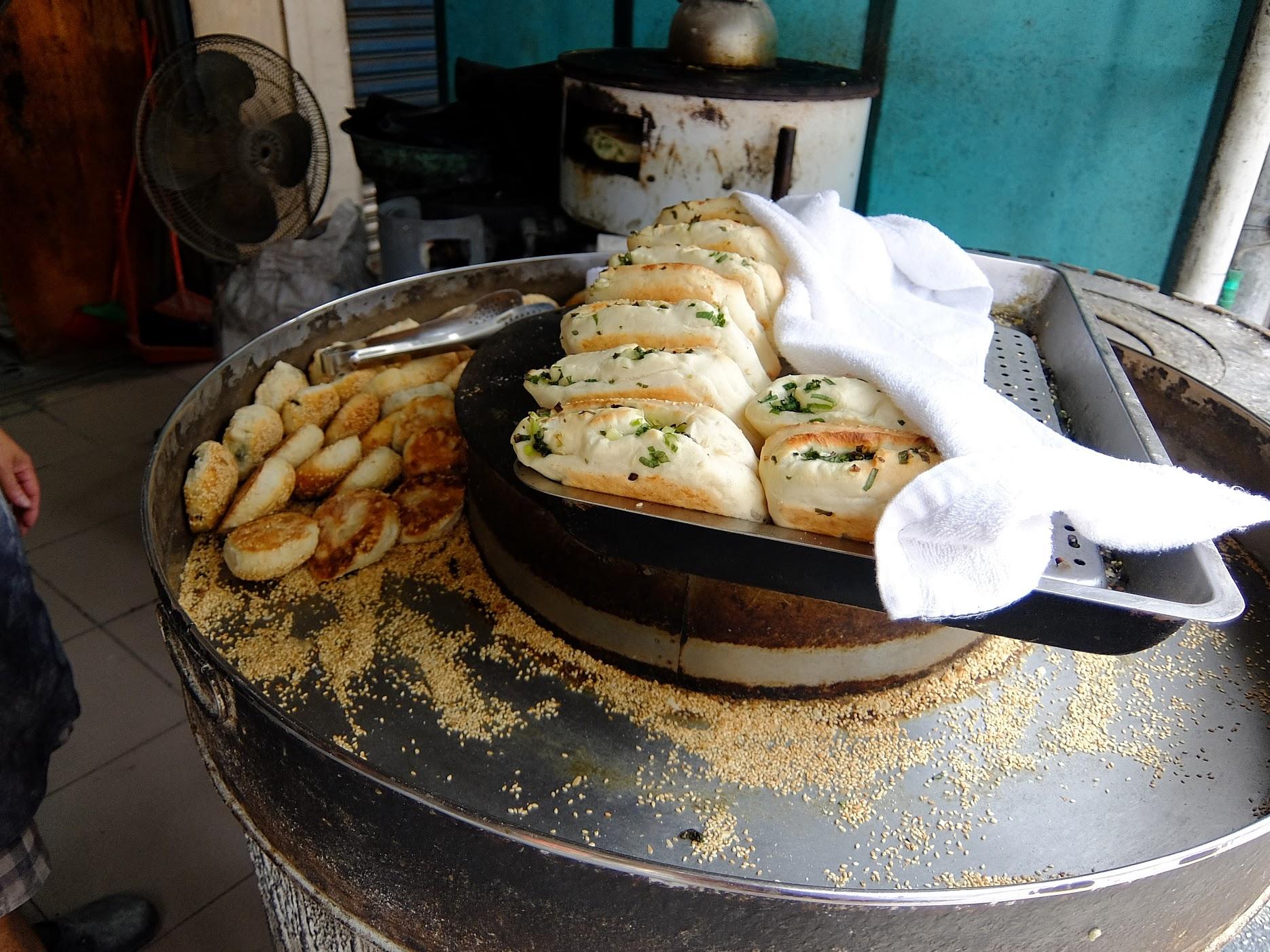 賣的總類就二種,其中蟹殼黃燒餅有甜的跟鹹的二種選擇