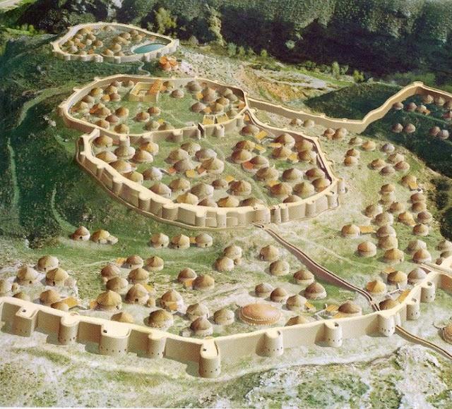 Reproducción del poblado con sus murallas.