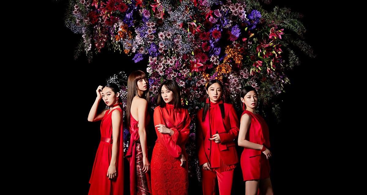 """Imagem promocional do single """"Kurenai no Dress"""" e do último álbum"""