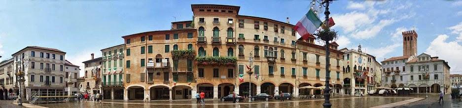 Photo: Nach 70 km machen wir in Bassano eine Kaffeepause an der Piazza della Liberta. Genussfahrerinnen könnten jetzt in den RE einsteigen und wären nach knapp 2 Stunden in Montegrotto. Dagegen warten auf ausdauerstarke Entdecker noch 2 Highlights: Km 90: Cittadella, eine mittelalterliche Stadt wie aus dem Bilderbuch, von einer ringförmigen Mauer eingeschlossen; Km 105: Piazzola sul Brenta, mit der Villa Contarini des berühmten Baumeisters Andrea Palladio und schließlich...