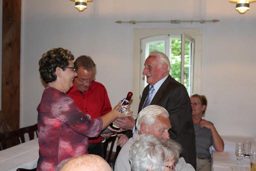 Der älteste Teilnehmer wir geehrt (zum Öffnen der Galerie auf das Bild klicken - alle Bilder A.M.)