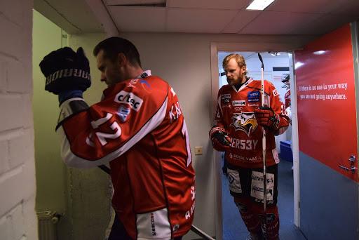Kaptenen markus kankaanperä leder sport ut på isenikväll i villmasntrand (bild: Samppa toivonen