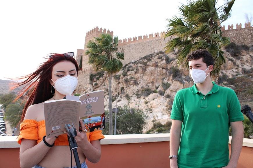 María Egea y Gonzalo Egea leyendo en representación del 1º premio.