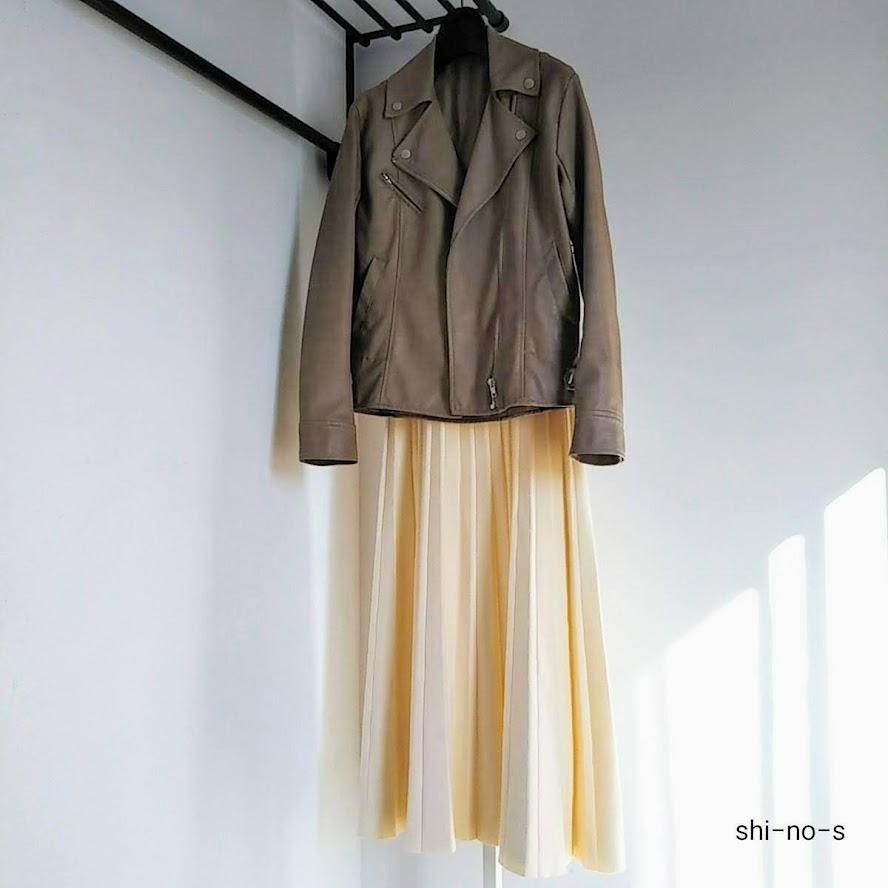 ライダースジャケットとプリーツスカートのコーディネート