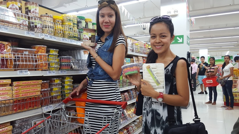 BLOGGERS RUTH DELA CRUZ AND MARJORIE PINEDA-UY ENJOYING THEIR ISLAND FAVORITES PASALUBONG SHOPPING SPREE IN ROBINSONS SUPERMARKET ERMITA, MANILA.
