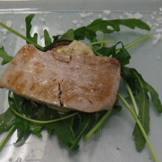 Thunfisch auf Avocadocreme dazu gegrillte Aubergine mit Rucolagarnitur (Wibke)