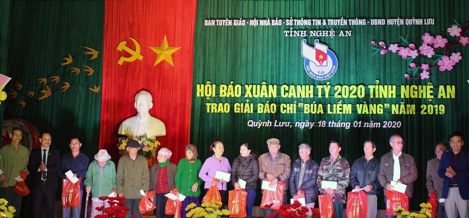 Tặng quà cho người nghèo huyện Quỳnh Lưu