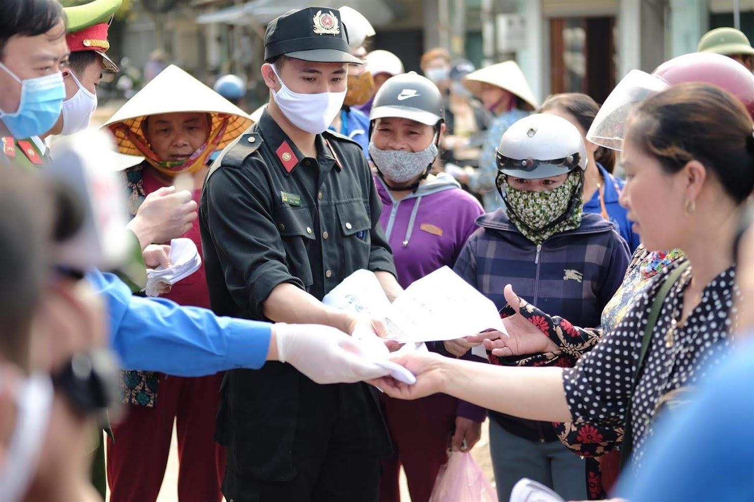 Tại Nghi Lộc; Đoàn viên của Đoàn cơ sở Phòng Cảnh sát Cơ động cũng đã tiến hành phát  khẩu trang cho người dân tại chợ Đình, xã Nghi Long