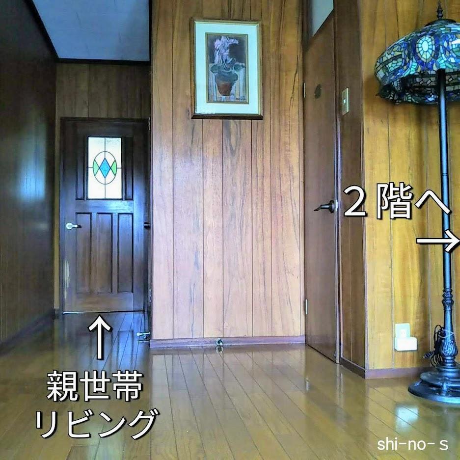 玄関ホール。奥にリビングへと続くドアがある