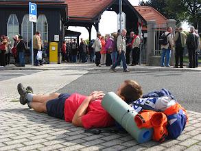 Photo: Piechotą przekraczamy granicę i w ostatniej minucie wskakujemy do pociągu zmierzającego do Żytawy (Zittau). Tak się składa, że zabytkowa lokomotywa mająca przetransportować nas do Oybina jest opóźniona (zupełnie jak w Polsce), więc siłą rzeczy znów odpoczywamy...