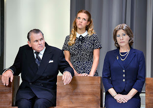 Photo: LA CAGE AUX FOLLES von Jerry Herman in den Wiener Kammerspielen der Josefstadt. Premiere 10.9.2015. Inszenierung: Werner Sobotka. Peter Scholz, Sarah Baum, Alexandra Krismer. Copyright: Barbara Zeininger