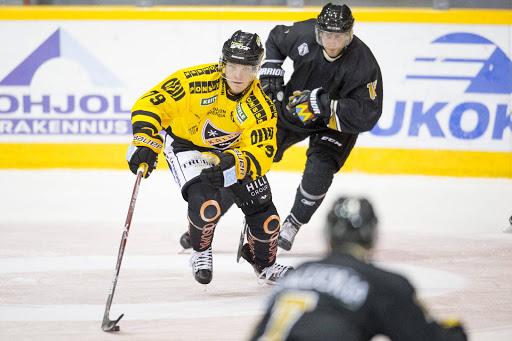 Uusvanha kalpalainen Valtteri Parikka tuomassa kiekkoa jälleen kerran vauhdilla pois omalta puolustusalueelta.