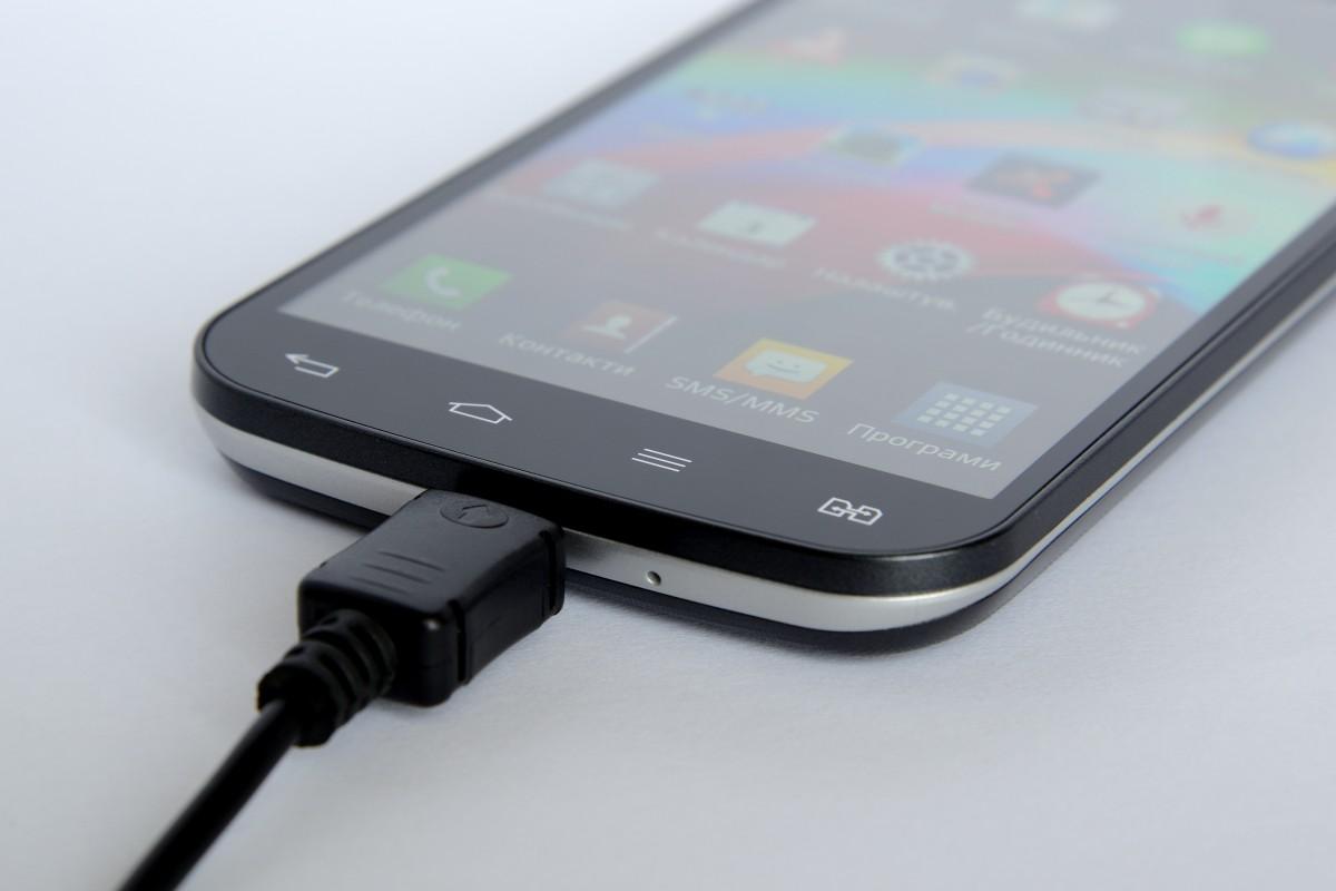 Celular descarregando rápido: celular carregando