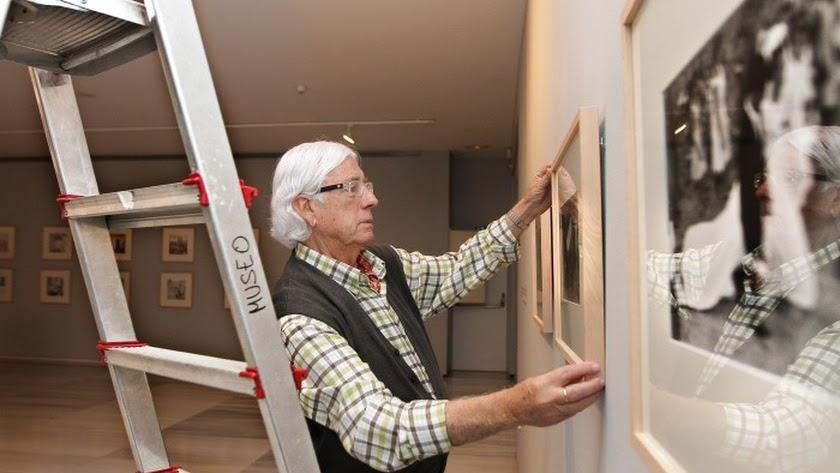 Carlos Pérez Siquier supervisa el montaje de una exposición en el Museo de Almería.