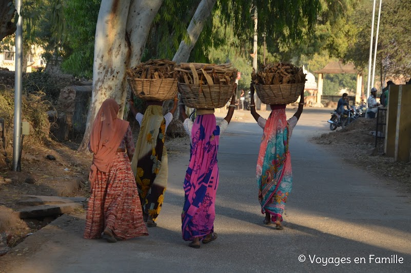 Bundi, femmes portant le bois