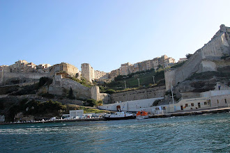 Photo: La citadelle est établie sur un cap dominant la mer