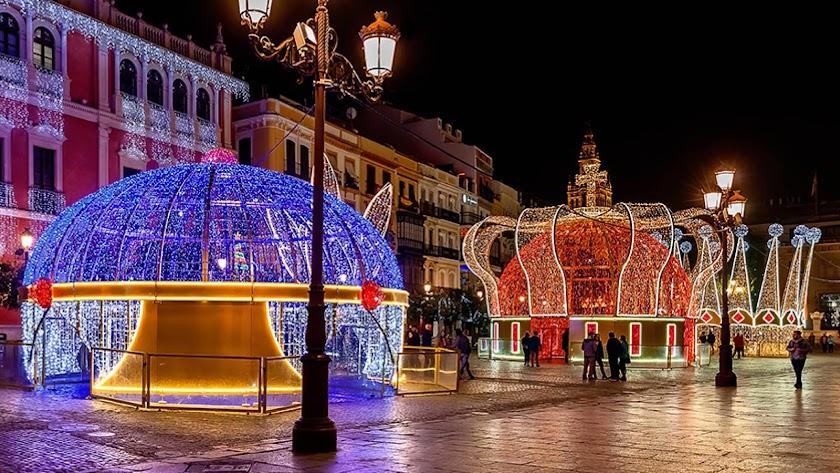 Imagen de las tres coronas luminosas que permanecerán expuestas en Almería en Navidad.
