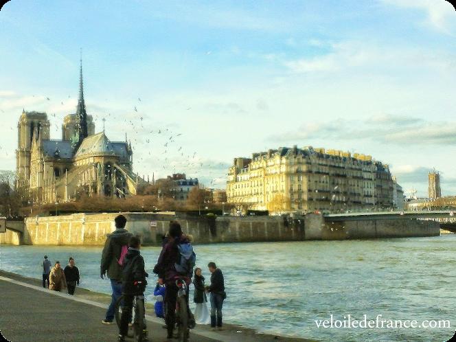 A vélo à Paris de Notre-Dame à Montparnasse : une balade pour remonter le temps