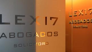 Su despacho se encuentra en Paseo de Almería, número 21, 2º planta.