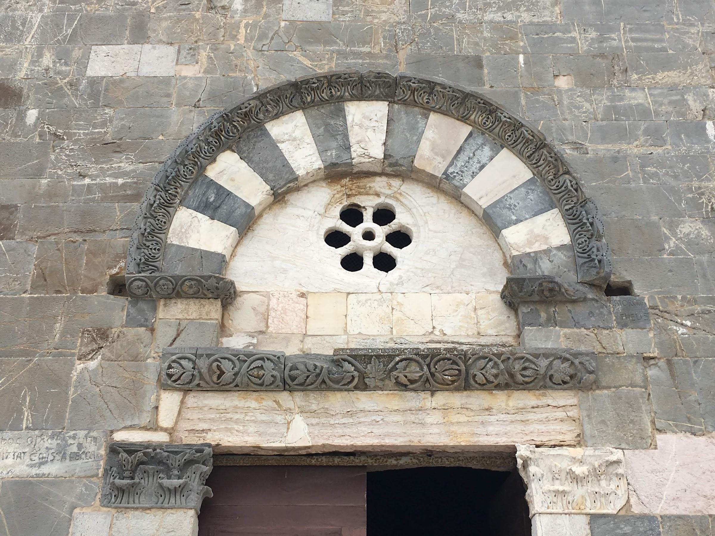 Lunetta del portale principale, Pieve di San Giovanni (Campiglia Marittima)