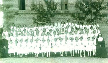 Photo: 1934 elsőáldozás a Zádor iskola előtt