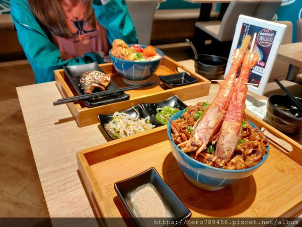 新北新莊美食-盛之丼,超浮誇日式丼飯,料多到滿出來。小菜、味噌湯以及熱麥茶無限供應。